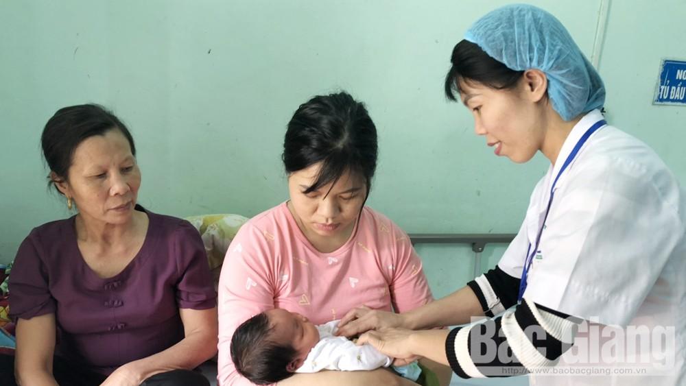 Em bé nặng 5,2kg vừa chào đời tại Trung tâm Y tế huyện Hiệp Hòa